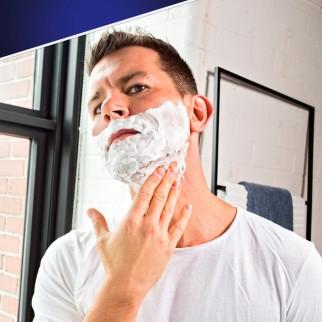 Gillette SkinGuard Sensitive Schiuma da Barba Pelli Sensibili con Aloe Vera - Flacone da 200ml