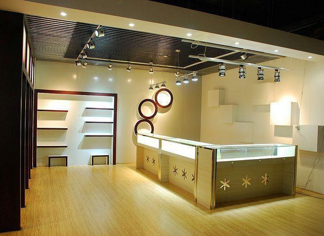 Plafoniere Per Magazzini : Illuminazione led per negozi come ottimizzarla