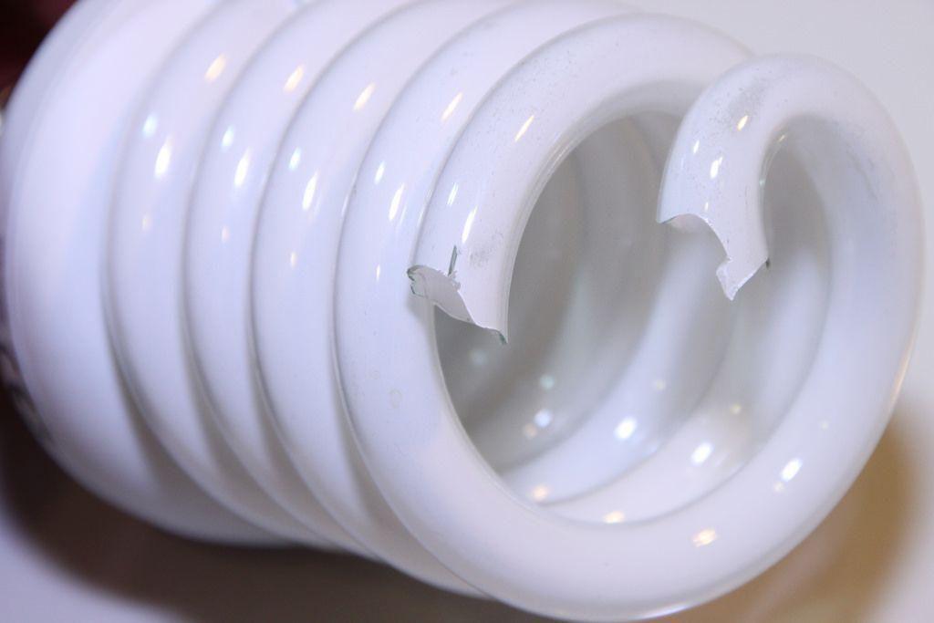 cosa fare se la lampadina CFL si rompe e il mercurio fuoriesce