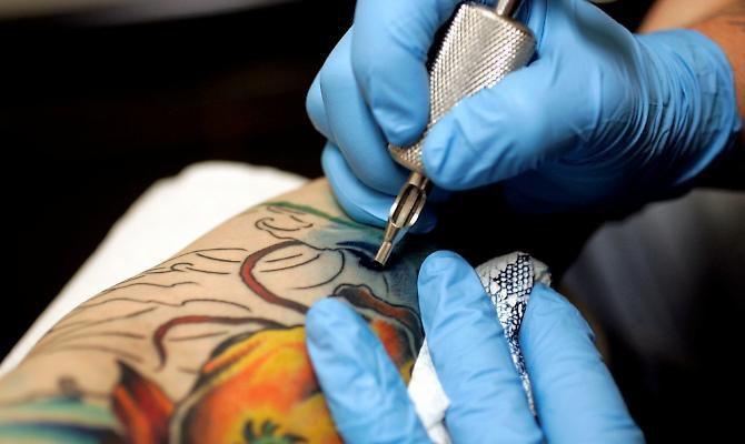guanti per tatuatori