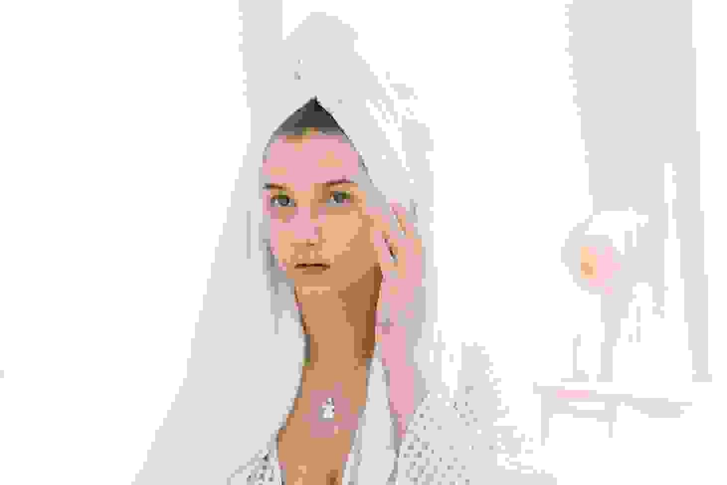 Donna fa una pulizia del viso